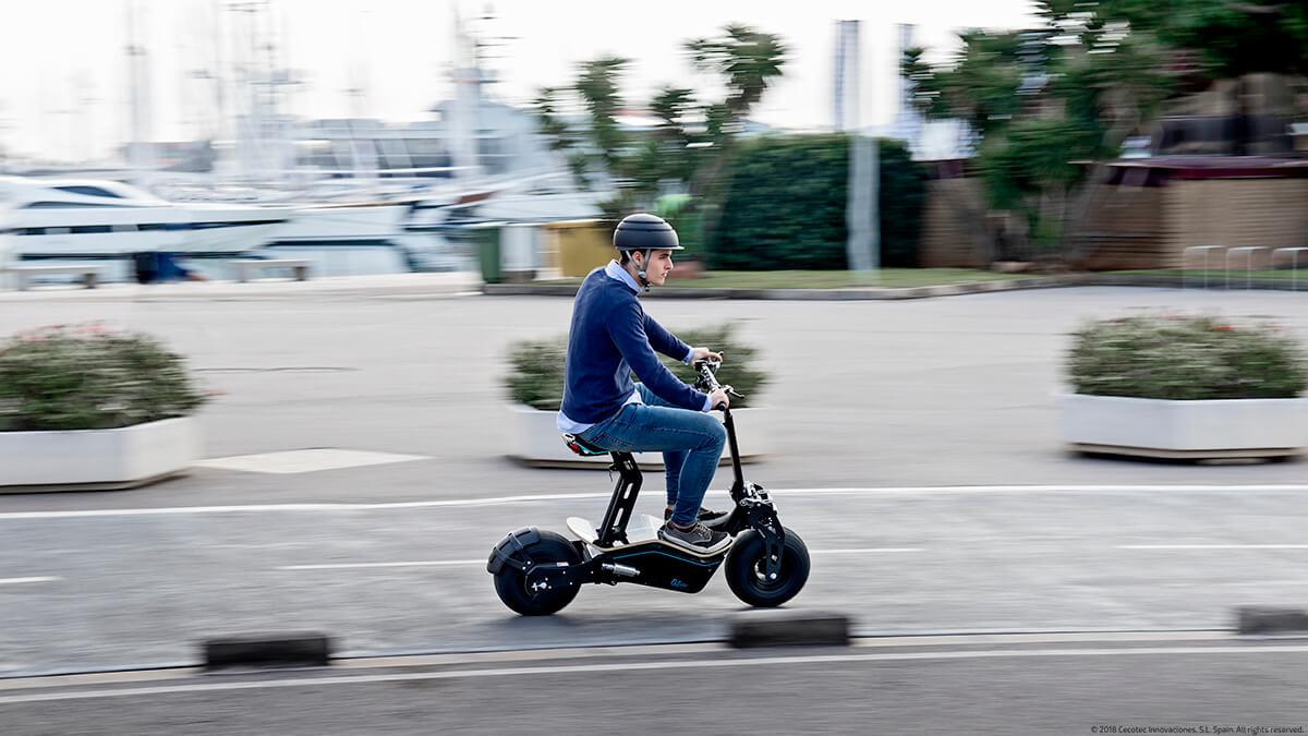adulto conduciendo un patinete